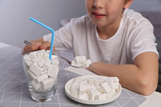 şekerli gıdaları temsil eden bardak ve tabak