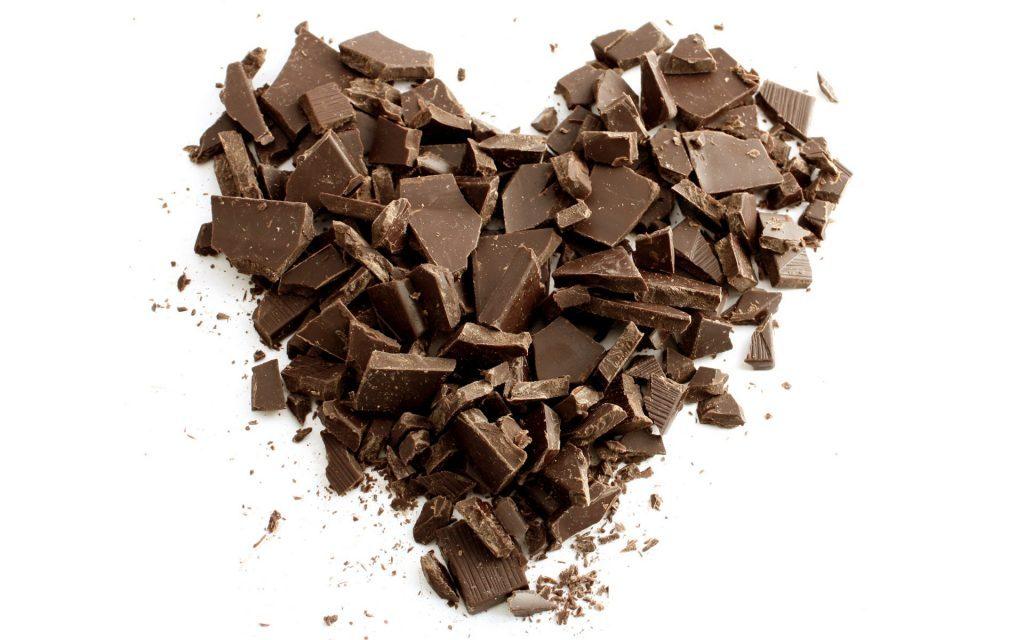 Çikolata parçalarından kalp şekli