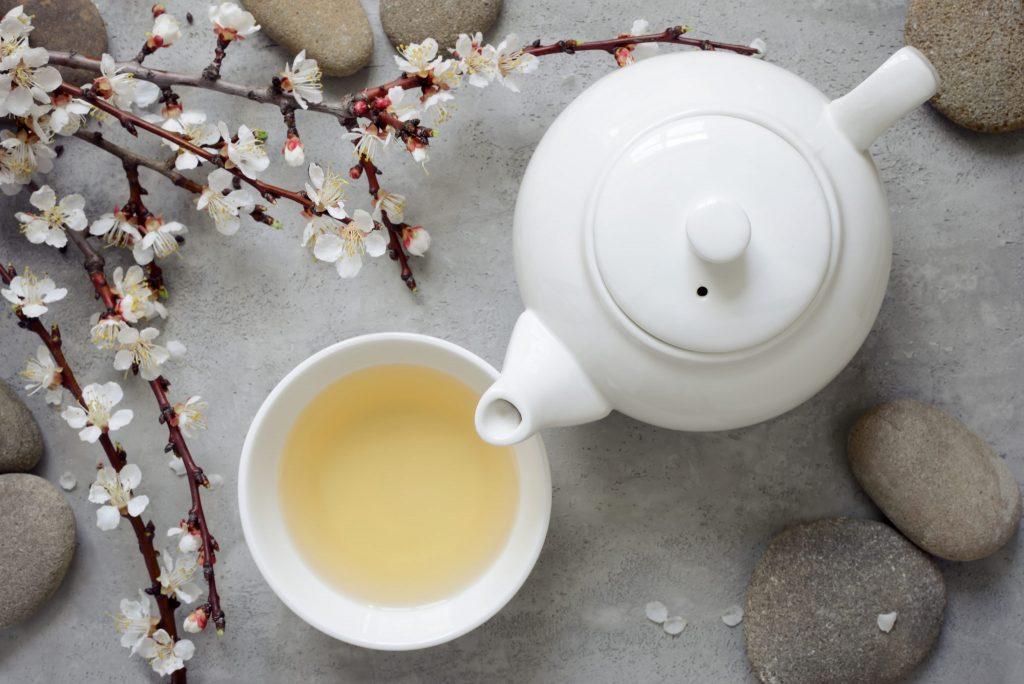 Beyaz porselen çay takımı