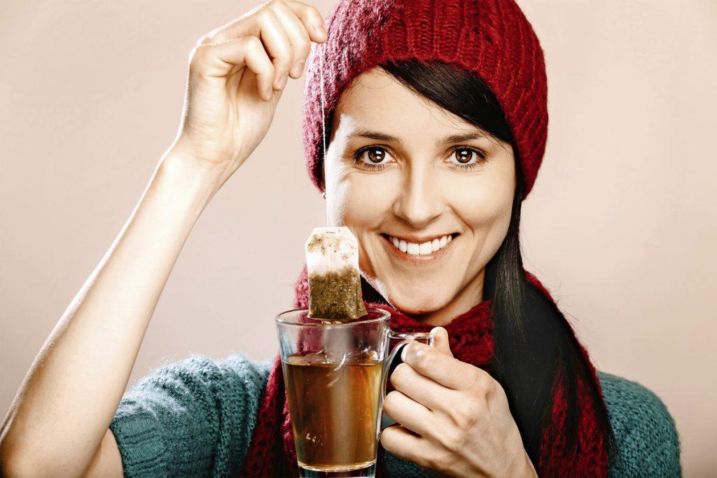 Kırmızı şapkalı kız elinde sallama çay tutuyor