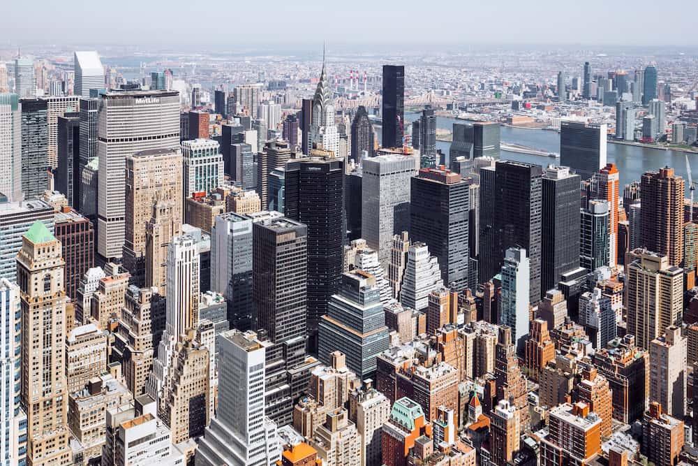 Yüksek binaların olduğu bir şehir görünümü