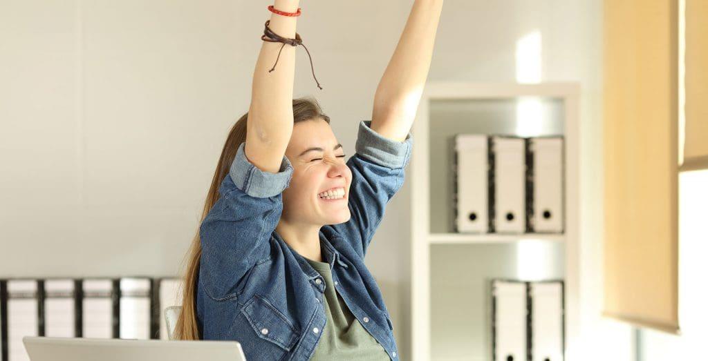 mutlu bir genç kız