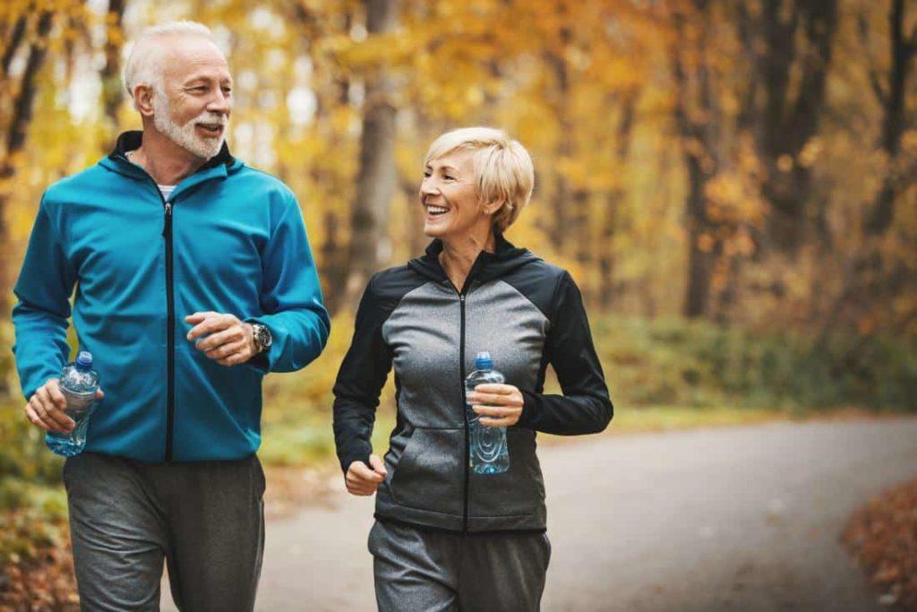 koşu yapan yaşlı bir çift