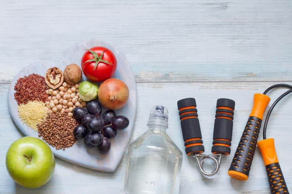 Sağlıklı besinler ve spor aletleri