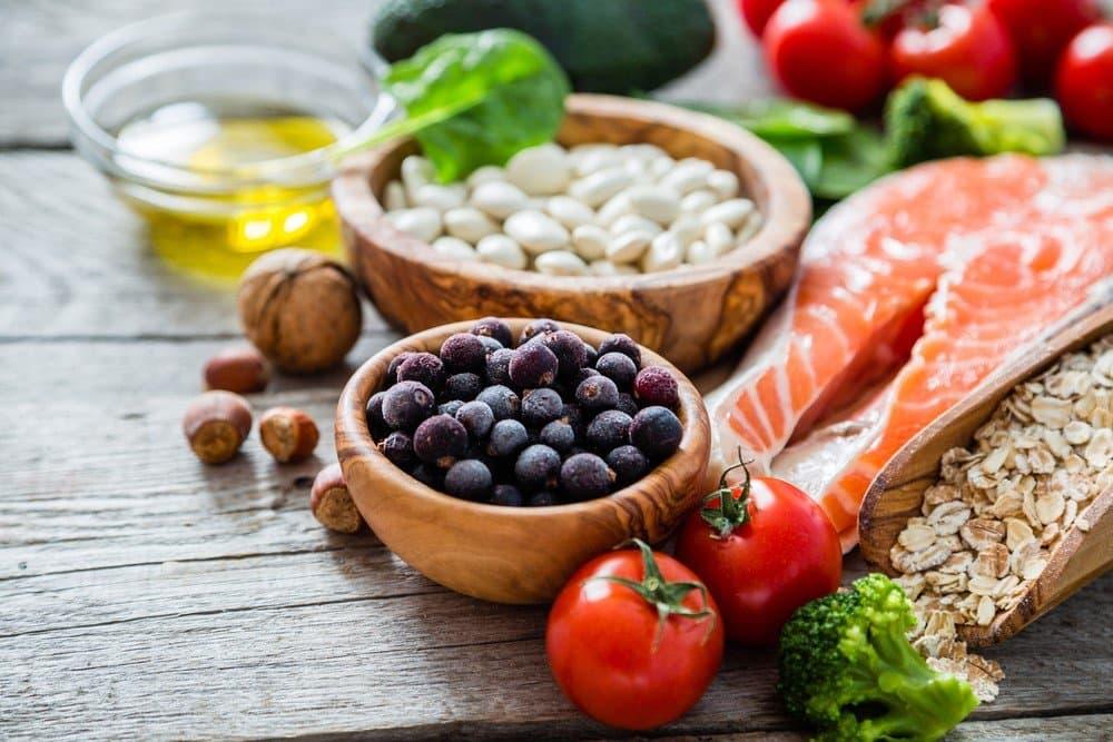 Masanın üzerinde duran sağlıklı besinler