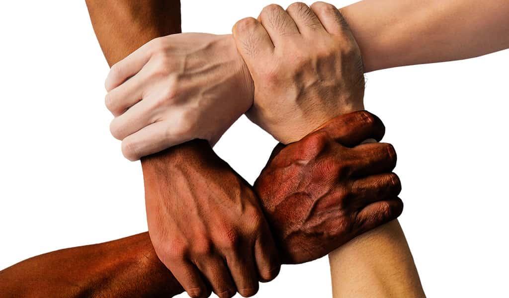 4 farklı ten rengine sahip el birbirine bağlı