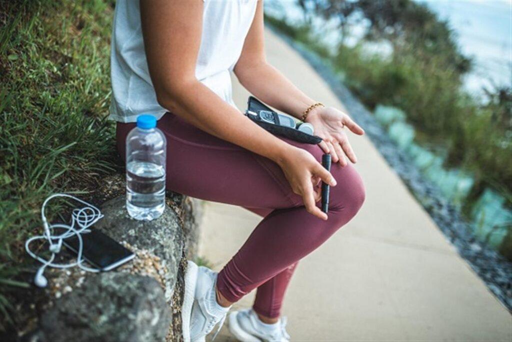 Spor esnasında kan şekerini ölçen kız